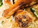 Рецепта Пържени пилешки бутчета със спанак в сос от бяло вино, лук, олио, магданоз и соев сос